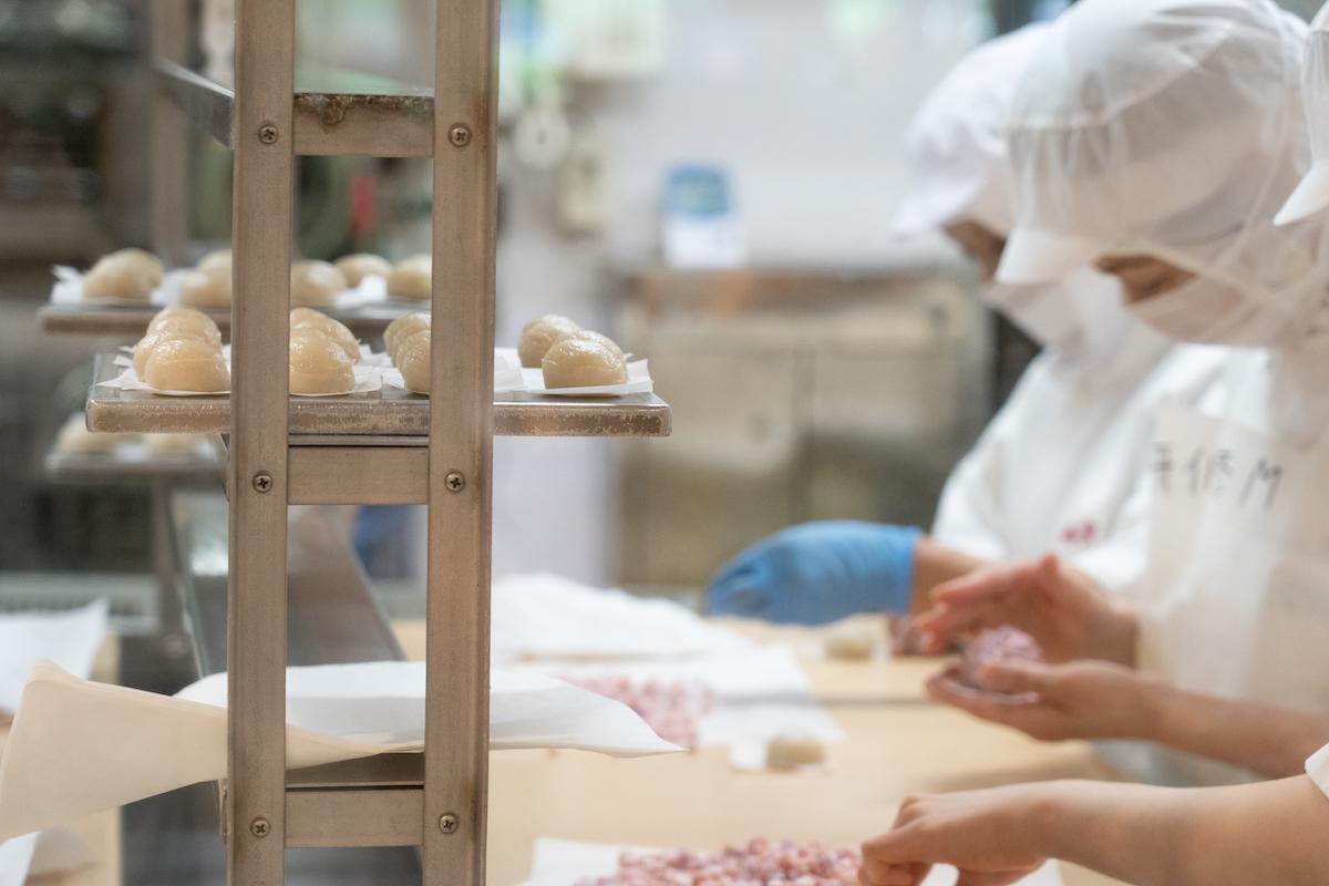 鈴廣蒲鉾 手作業で製品を製造している風景